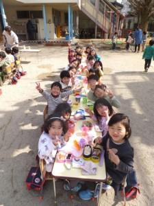 園庭で昼食 (5)