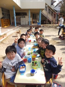 園庭で昼食 (4)